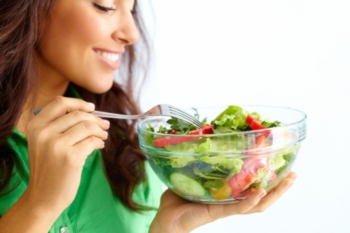 shutterstock 1165413371 700x466 Девушка с овощным салатом   Girl with vegetable salad