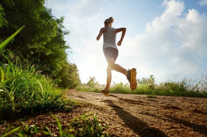 shutterstock 136301591 700x466 Девушка на пробежке   Woman jogging