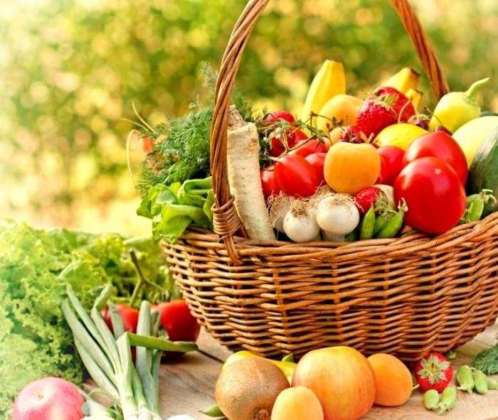 shutterstock 149962259 700x591 Корзина овощей и фруктов   Basket of vegetables and fruits