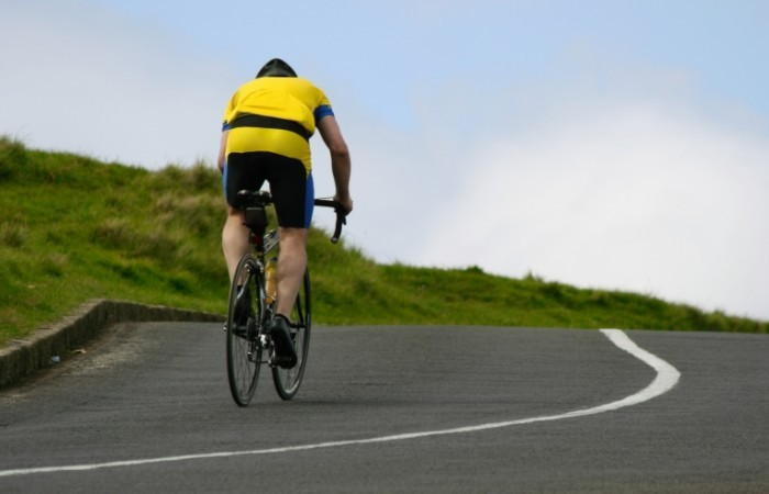 shutterstock 2403362 700x450 Велосипедист на дороге   Cyclist on the road
