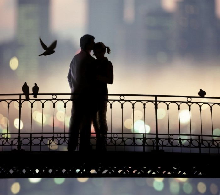 shutterstock 44258257 700x622 Пара на мосту   Couple on bridge