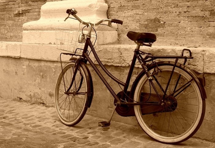 shutterstock 59765185 700x482 Велосипед у стены   Bicycle against the wall