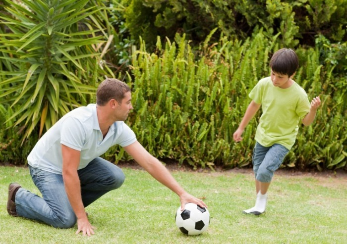 shutterstock 71162434 700x493 Мальчик с папой с мячом   Boy and dad with the ball