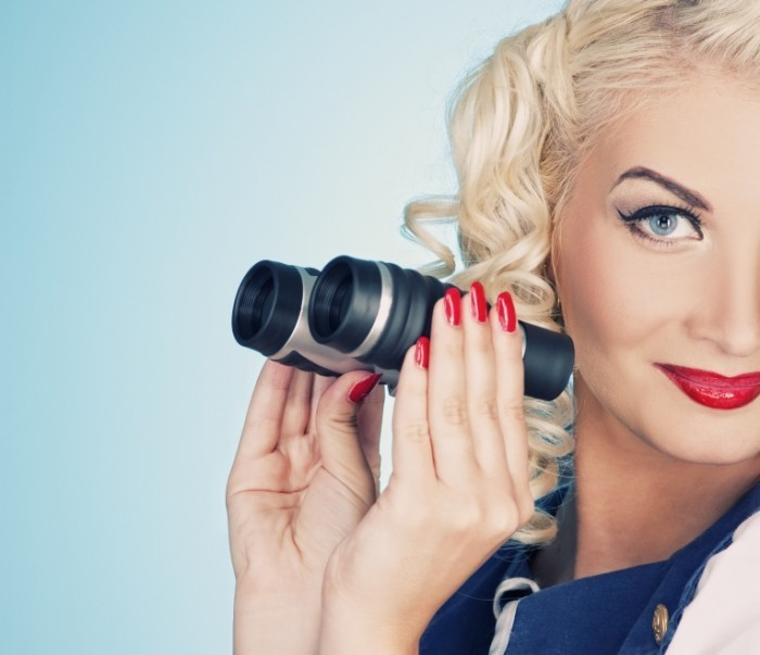 Depositphotos 1421555 L 700x603 Блондинка с биноклем   Blonde girl with binoculars