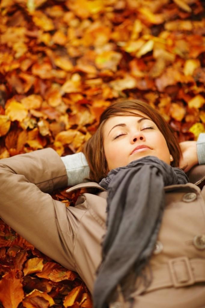 Depositphotos 3289496 m 682x1024 Девушка в осенних листьях   Girl in autumn leaves