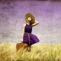 Девушка в шляпе с чемоданом - Girl in hat with suitcase