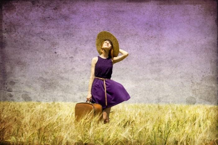 Depositphotos 6448815 m 700x466 Девушка в шляпе с чемоданом   Girl in hat with suitcase