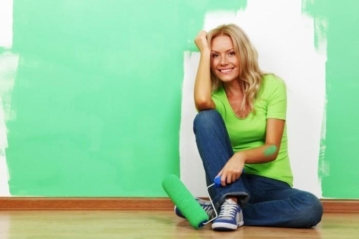 Fotolia 25579867 M 700x466 Девушка с валиком   Girl with paint roller