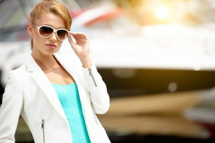 Fotolia 54160475 M 700x465 Бизнес леди в очках   Business lady in glasses