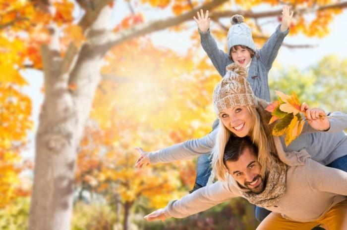 Fotolia 56034638 Subscription Monthly M 1 700x465 Семья осенью   Family in autumn