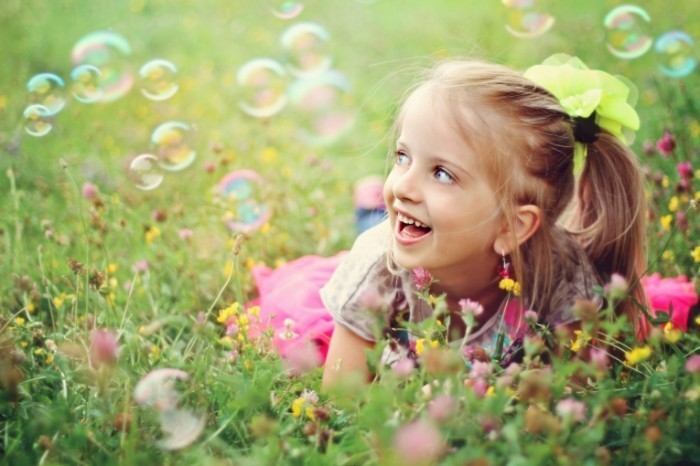 Fotolia WildflowerGirl 700x466 Девочка с мыльными пузырями   Girl with soap bubbles