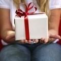 Подарок на руках у девушки - Gift in the hands of women