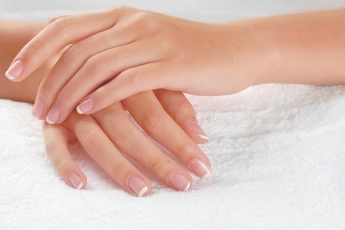 shutterstock 21843178 700x467 Французский маникюр   French manicure