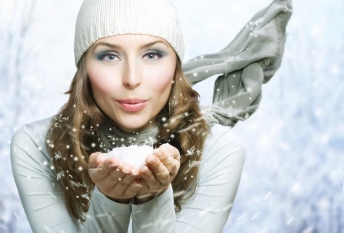 shutterstock 65466172 700x475 Девушка со снегом   Girl with snow