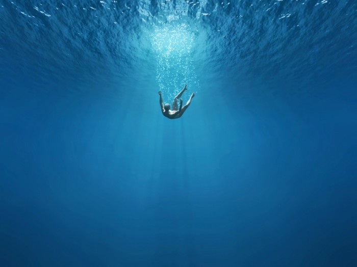 Dollarphotoclub 49879568 700x524 Мужчина в воде   Man in the water