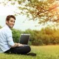 Парень на природе за компьютером - Guy on the nature of the computer