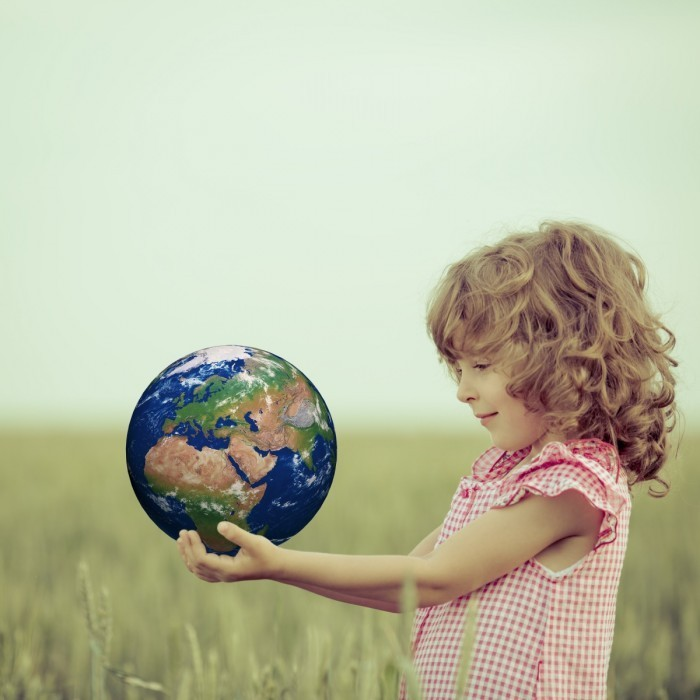 Dollarphotoclub 61733191 700x700 Девочка с шаром земли   Balloon Girl Land