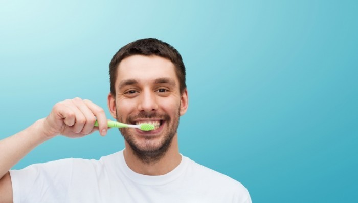 Dollarphotoclub 65912995 700x396 Мужчина чистит зубы   Man brushing his teeth