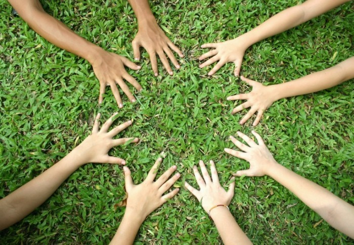 fotolia 1692802 subscription l 700x485 Руки на траве   Hands on grass