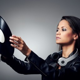 Девушка с пластинкой для граммофона - Girl with a plate for gramophone