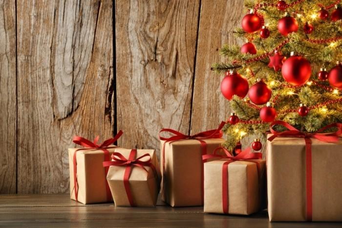 Dollarphotoclub 72535139 700x466 Подарки у елки   Gifts at the Christmas tree