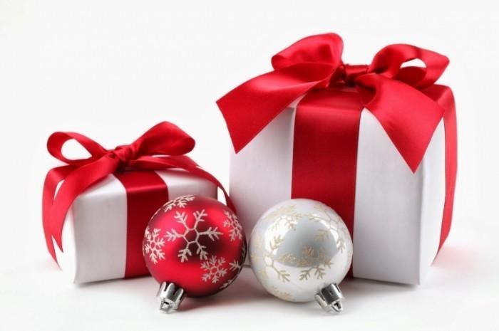 Fotolia 27169474 Subscription XXL1 700x465 Новогодние игрушки и подарки   Christmas toys and gifts