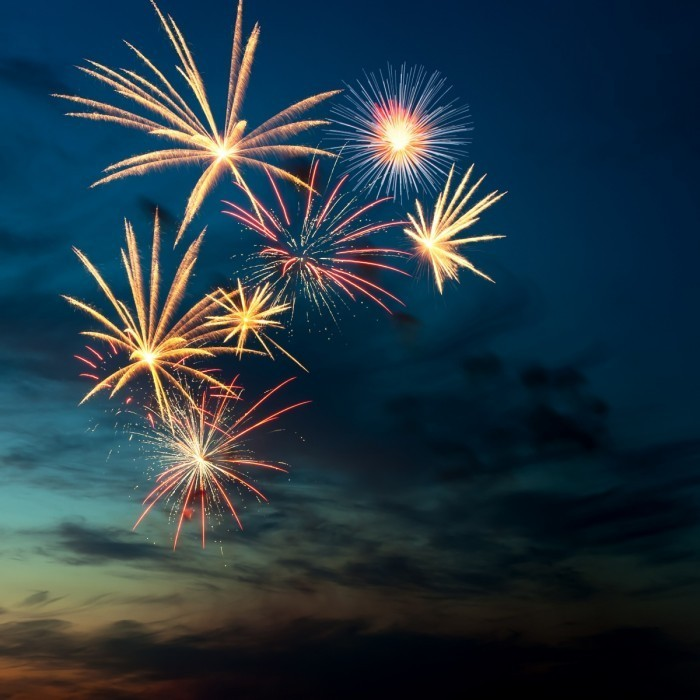 Fotolia 33275713 Subscription L 700x700 Фейерверк в небе   Fireworks in the sky