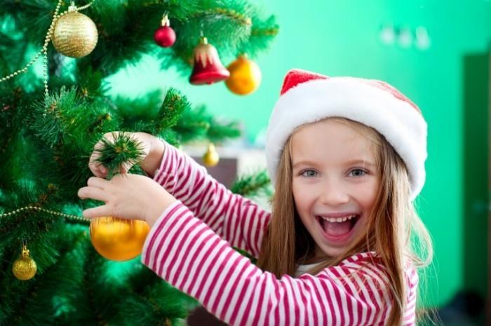 Fotolia 47211268 L 700x465 Девочка возле елки   Girl near the Christmas tree