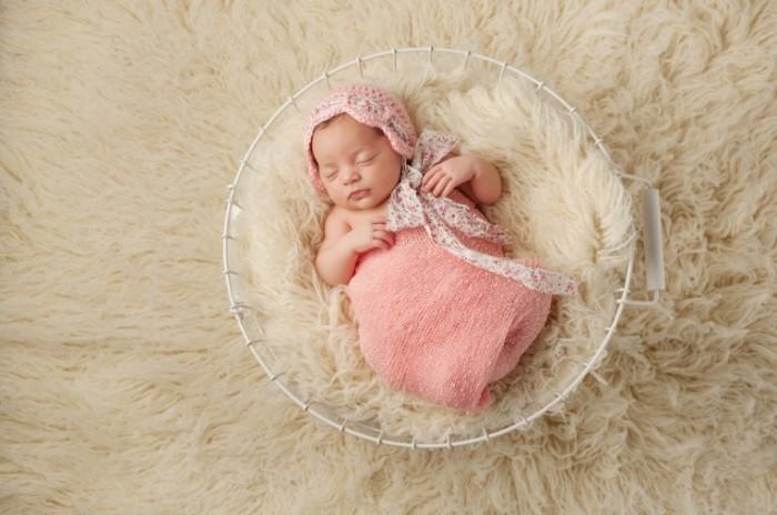 Fotolia 61285784 Subscription Monthly M 700x464 Новорожденная девочка   Newborn girl