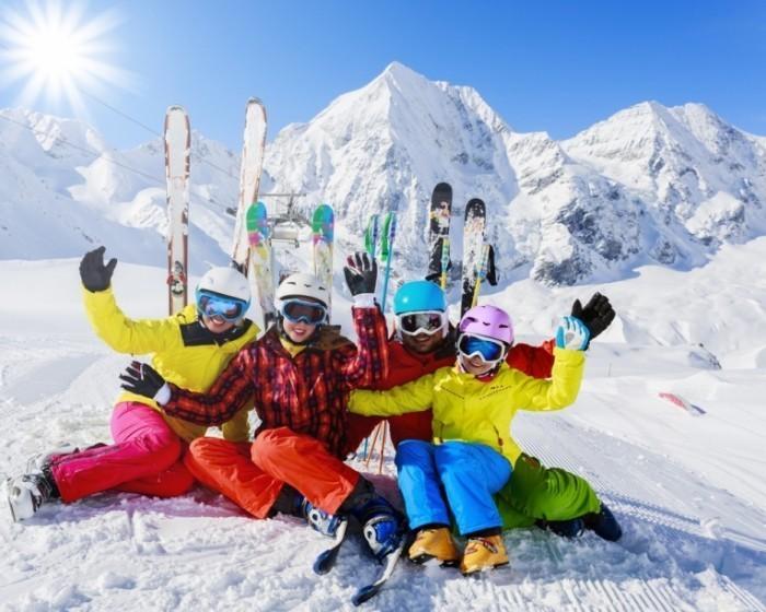 Fotolia  Skifamilie quer 700x560 Семья на лыжном курорте   Family ski resort