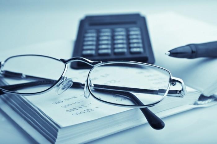 RS1820 Fotolia 32924468 X 700x466 Очки и калькулятор   Glasses and calculator