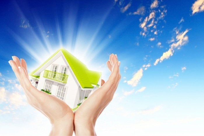 shutterstock 115689664 700x466 Домик в руках   House in the hands of