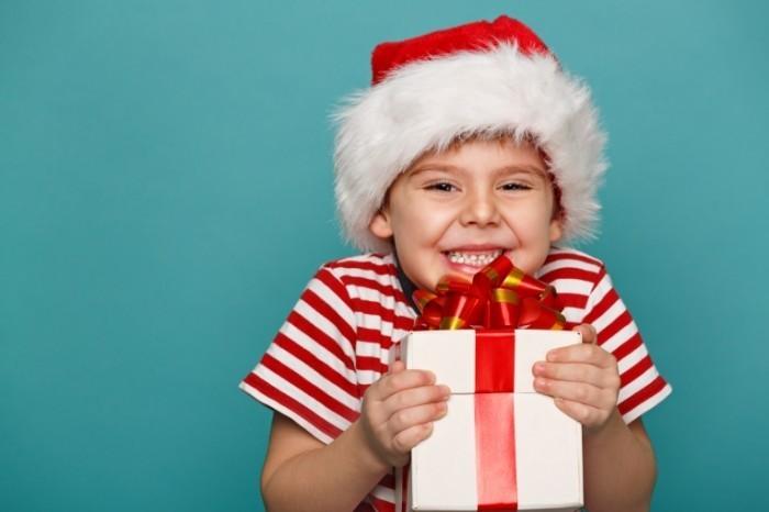 shutterstock 115792498 700x466 Мальчик с подарком   Boy with a gift