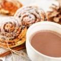 какао с булочками с корицей - Cocoa with cinnamon rolls