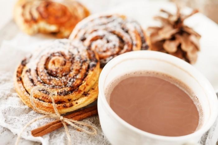 shutterstock 117956911 700x466 Какао с булочками с корицей   Cocoa with cinnamon rolls