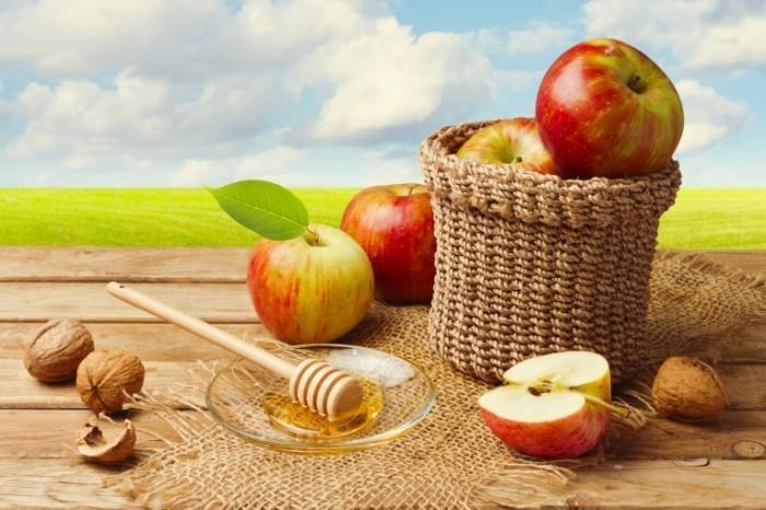 shutterstock 143833231 700x466 Яблоки и мед   Apples and Honey