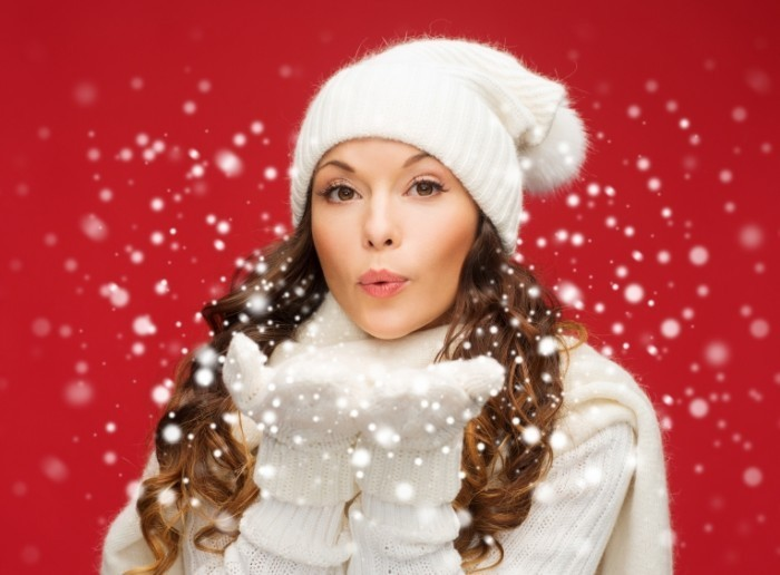 shutterstock 159460022 700x516 Девушка в шапке и рукавицах   Girl in hat and mittens