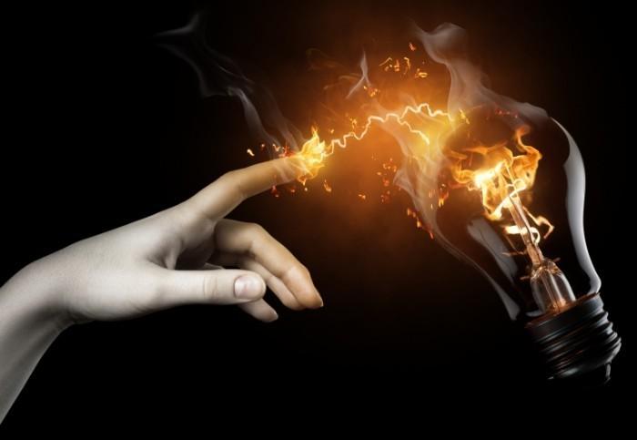 shutterstock 50652526 700x483 Рука возле огненной лампы   Hand near the fire lamps
