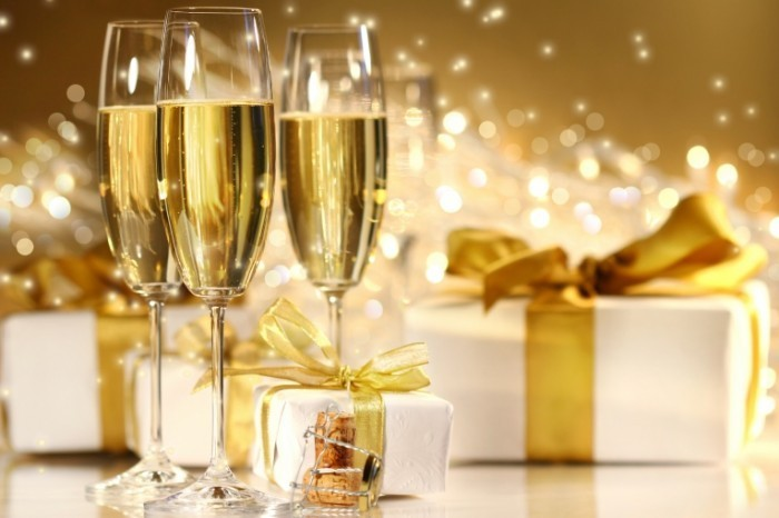 shutterstock 7428814 700x466 Шампанское и подарок   Champagne and gift