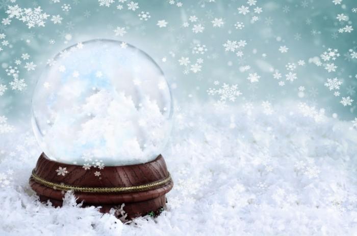 shutterstock 88268056 700x464 Стеклянный шар в снежинках   Glass ball in snow flakes