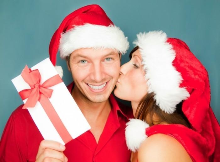 shutterstock 90310774 700x516 Пара в новогодних колпаках   Couple in Winter Hat