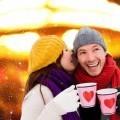 Счастливая пара с кружками - Happy couple with mugs
