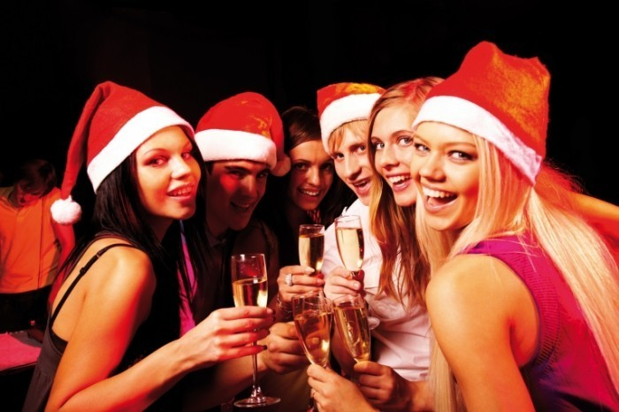 xmas 700x466 Молодежь с шампанским   Young people with champagne