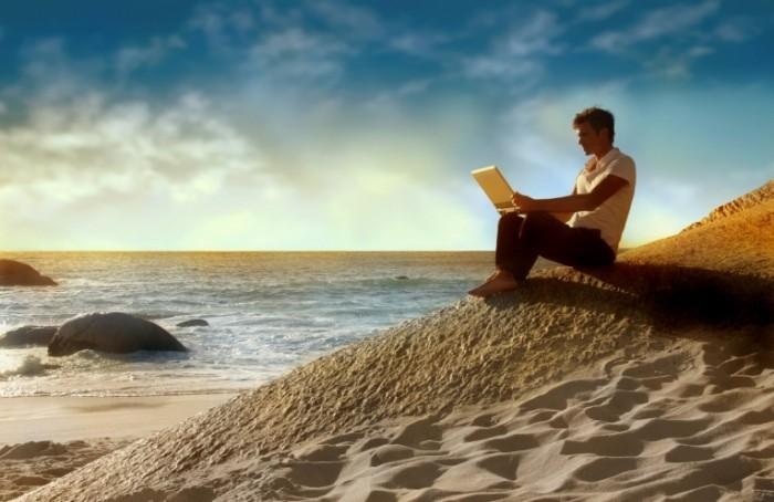Dollarphotoclub 11164550 700x454 Парень на берегу с ноутбуком   Guy on the beach with a laptop