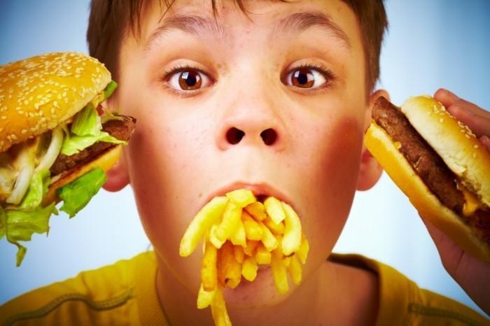 Dollarphotoclub 14758199 700x466 Мальчик с фастфудом   Boy with fast food