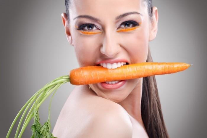 Dollarphotoclub 43797175 700x466 Девушка с морковью   Girl with carrots