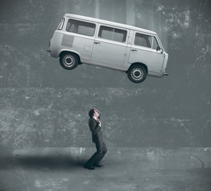 Dollarphotoclub 43814697 700x635 Автобус над человеком   Bus over man