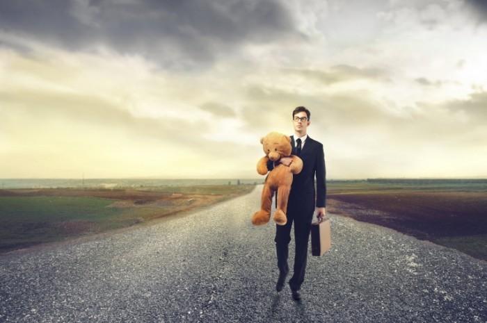 Dollarphotoclub 52253304 700x465 Бизнесмен с мишкой и чемоданом   Businessman with bear and suitcase