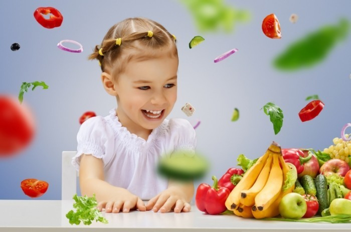 Dollarphotoclub 59431764 700x464 Девочка с фруктами и овощами   Girl with fruits and vegetables