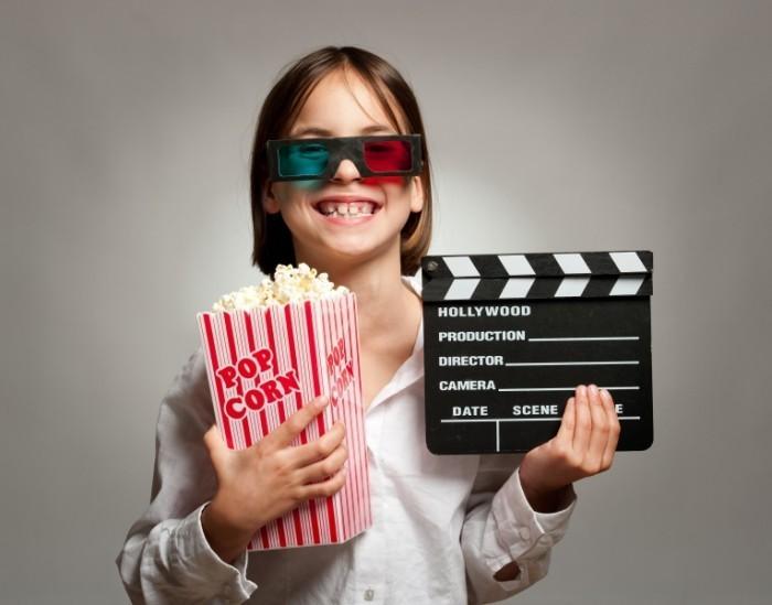 Dollarphotoclub 61112136 700x549 Девочка с попкорном   Girl with popcorn